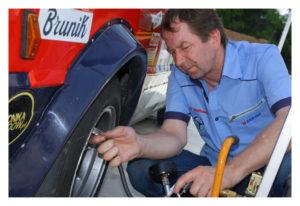 Główny Mechaniki zespołu Zdzisław Wróbel podczas kontroli ciśnienia woponach