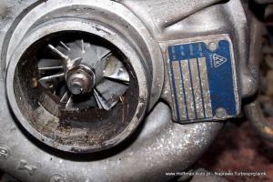 Widoczne uszkodzenia wirnika ssącego turbosprężarki - przyczyna to nieszczelność układu dolotowego wskutek czego do turbosprężarki przedostał się niewielki element stały