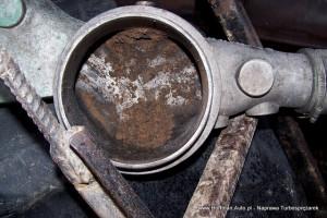 Wróg turbosprężarek - zanieczyszczenie widoczne w kolektorze ssącym, prawdopodobnie uszkodzony filtr powietrza, jego brak, lub uszkodzone przewody pomiędzy filtrem a kolektorem