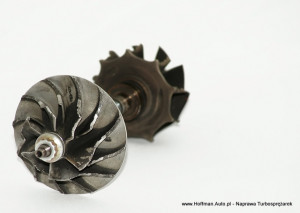 Wirnik sprężarkowy turbiny, element zbudowany ze stopu aluminium uszkodzenie łopatek wirnika spowodowane dużym luzem na tulejowaniu wałka