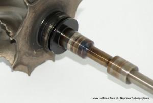 Wałek wirnika turbosprężarki: widoczne przebarwienie i zarysowania w częściach styku z łozyskiem ślizgowym. Przyczyną tego było zbyt niskie, ciśnienie oleju i długotrwałe braki w dostawie oleju. Silnik w którym była zamontowana ta turbosprężarka uległ zużyciu, a dopiero później usterce uległa turbosprężarka.