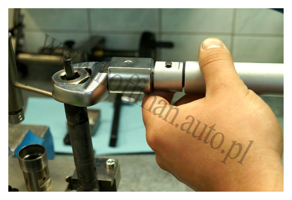 Dokręcanie nakretki rozpylacza wtryskiwacza CR kluczem dynamometrycznym
