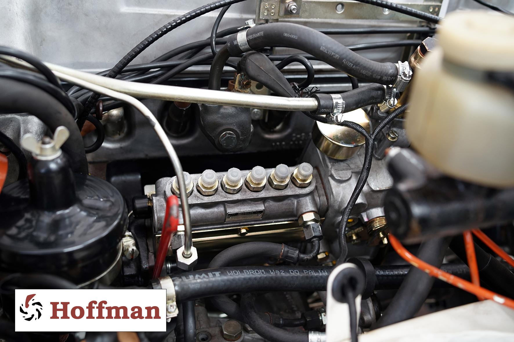 Pompa wtryskowa zamocowana w silniku Mercedesa W113