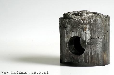 Przykład kiedy kierowca zignorował nierówną pracę silnika stanowi poniższa fotografia zprzetopionym tłokiem wskutek zawieszenia iglicy rozpylacza wpozycji otwartej.